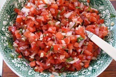 Bare for å avrunde vår lille meksikanske uke, må vi ta med salsa fresca. Salsa fresca eller pico de gallo som det også heter, er en fersk salsa laget av tomater, hvit løk, coriander, chilli og lime. Noen tilsetter også litt oliven olje bare for å runde den av noe. Det er en av de [...]Read More...