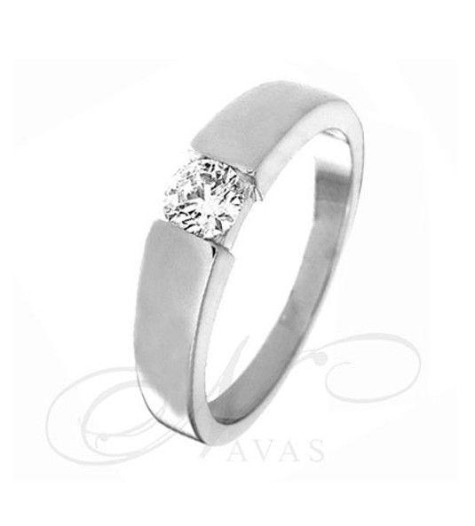 El modelo ENZO es un solitario de diamantes fabricado en oro de Primera Ley, blanco o amarillo, incluso se puede realizar en platino para diamantes con un quilataje superior a 0,40 qt. Es una joya con un estilo sencillo y moderno, sin renunciar a la elegancia de un solitario de diamantes. Un anillo perfecto para lucir en el día a día.
