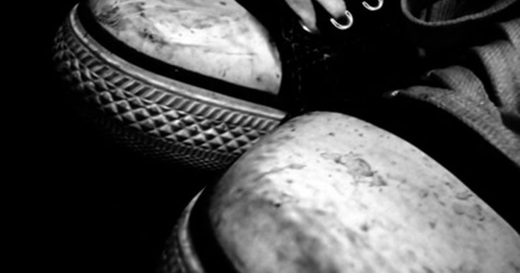 Cómo lavar mis zapatos deportivos New Balance. New Balance Athletic Shoe, Inc. fue fundada en 1906 y ha sido conocida por su calzado de calidad superior desde entonces. La compañía fabrica todo tipo de calzado deportivo, incluyendo zapatos de baloncesto, para correr, para senderismo y para entrenamiento combinado. Sin importar si eres un corredor ávido, si sufres de afecciones dolorosas en los ...