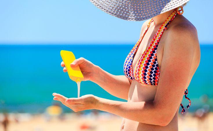 Zonnebrandcrème kan lelijke bruine vlekken op je lichte zomerkleren achterlaten. Een paar trucjes waarmee je kunt proberen de vlek te verwijderen.