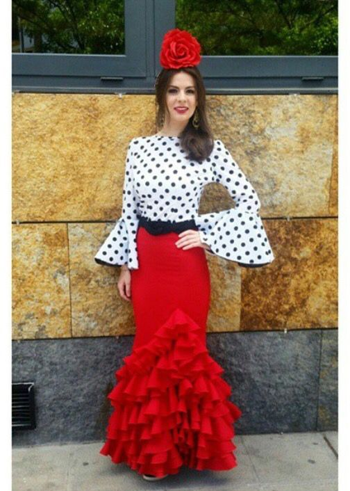 @srta_andrea22 @flamencasconarte Traje de flamenca con falda roja y camisa blanca con lunares negros