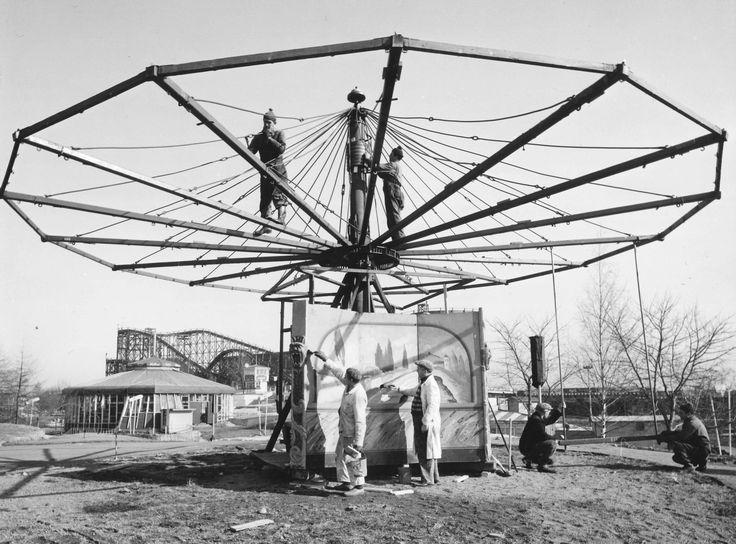 Karusellin kokoaminen 1950-luvulla #finland #helsinki #linnanmaki #summer #kesa #visitfinland #huvipuisto #amusementpark #nojespark #puisto #park #nostalgia