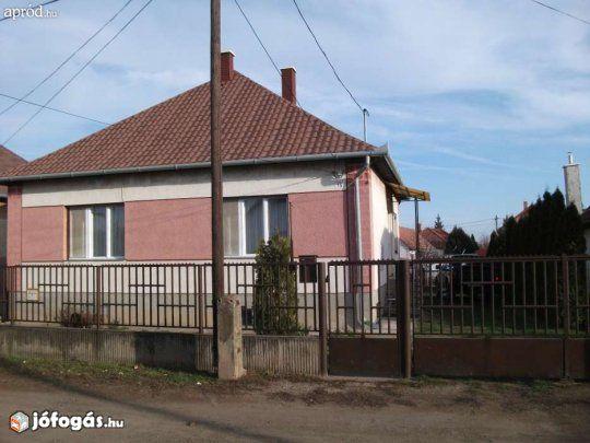 Eladó Debreceni kertes, családi ház: Debrecen nyugati részében eladó vagy értékegyeztetéssel kisebb kertes házra vagy társasházra cserélhető egy 100 m2-es, 3 szoba + étkezős kertes családi ház. Közel az ipari parkhoz és a bevásárló központokhoz a Harsona utca 15 szám alatt. Az épület 1986-ban készült téglaépítésű alápincézett önálló ház 725 m2-es telken teljes közművel gáz- és vegyestüzelésű központi fűtéssel, klímával felszerelt, valamint vállalkozásra is alkalmas különálló 10X6 m-es…