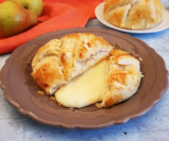A sajt és gyümölcs isteni párosítás. Leveles tésztába csomagolva pedig egyenesen mennyei. Ez a körtés camembert-es finomság ráadásul egyszerű, és pillanatok alatt elkészíthető. Mindössze egy baj van vele, hamar elfogy.