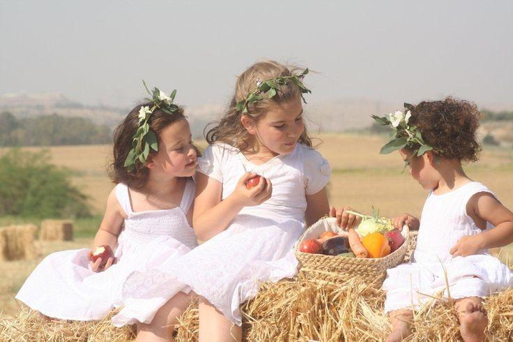 Op Sjavoeot, of Wekenfeest, dragen we witte kleding en eten we gerechten gemaakt van melkproducten. Het gordijn voor de Tora-kast en de andere kleden in sjoel zijn wit van kleur. Ook veel mensen dragen witte kleren. Het geeft een heel bijzondere sfeer, want wit is de kleur van zuiverheid en onschuld; daar willen wij naar streven. Een andere naam voor dit feest is Chag Matan Torah, het feest van het geven van de Thora.