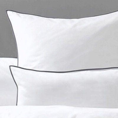 Klassische weiße Bettbezüge aus Baumwoll-Perkal mit farbiger Paspel. Wählen Sie die Paspel in grau, rot oder natur.