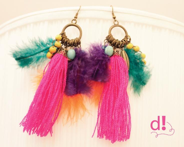 Aretes con argolla de bronce, plumas de colores, cuentas y flecos · Consultas INBOX en https://www.facebook.com/d.independiente.pa