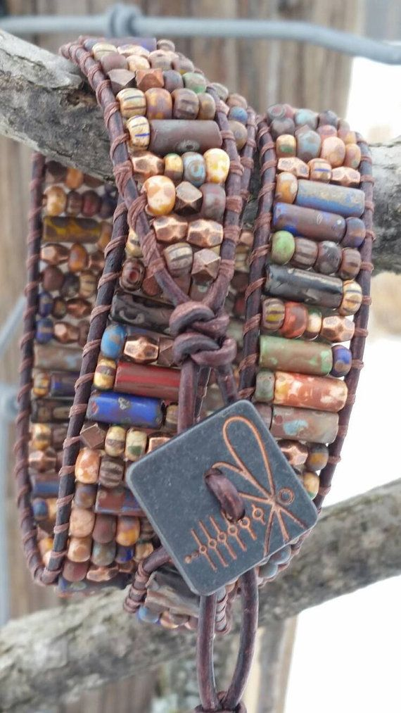 Le bracelet en cuir wrap triple Firefly Kaléidoscope. Un mélange terreux de la République tchèque perles de verre picasso, petits morceaux de cuivre, tubes en verre rustique et un bouton en cuivre Firefly pour couronner le tout ! Donc très terreux... donc très amusant