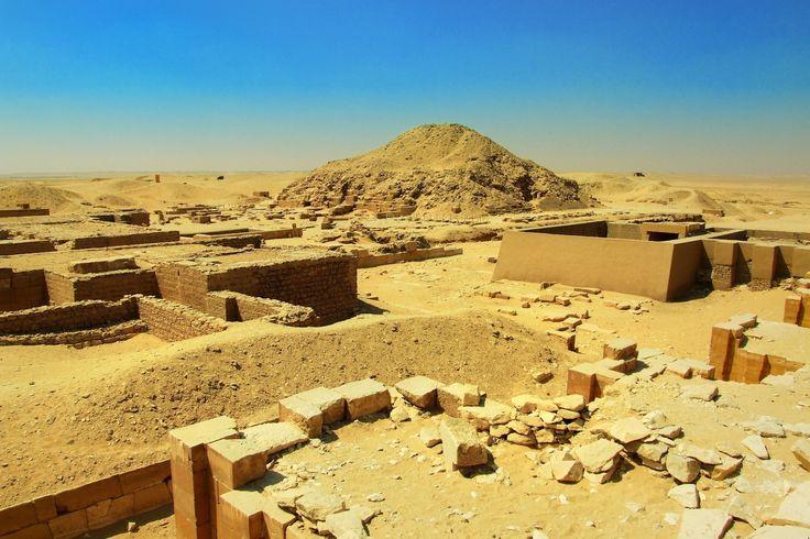 Memphis,capitaledupremiernomedeBasseÉgypte Fondée par le roi Ménès vers - 3 000, Memphis était la capitale de l'Égypte durant tout l'Ancien Empire. Placée sous la protection du dieu Ptah, elle est restée une cité importante tout au long de l'histoire égyptienne. Située à l'entrée du delta du Nil, sa ruine a été causée par la montée d'Alexandrie et l'abandon de ses cultes suite à l'édit de Thessalonique.