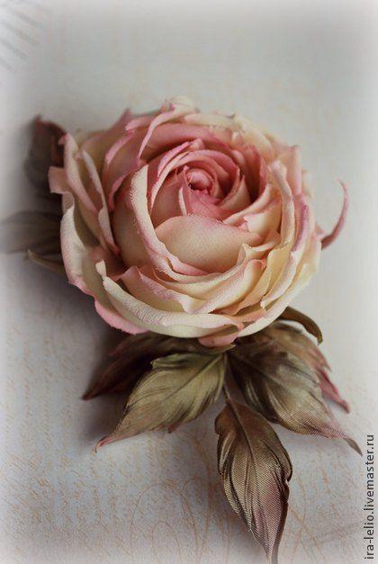 Цветы из ткани. брошь ручной работы `Роза Натали`. Очень нежная роза 'Натали' в кремово-персиковых тонах. Сделана под заказ для очаровательной девушки. Душевность и энергетика будующей хозяйки и помогла сделать розу именно такой. Повтор точной копии невозможен.