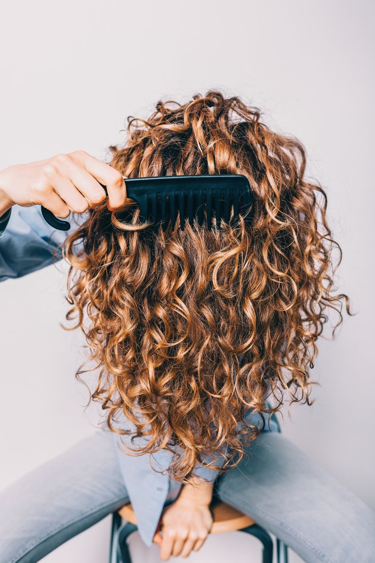 Here are five signs that you've sustained hair damage; they could mean that it's time to get a hair cut. Curly Hair Tips, Curly Hair Styles, Natural Hair Styles, Cabello Hair, Hair Thickening, Brittle Hair, Types Of Curls, Hair Health, Damaged Hair
