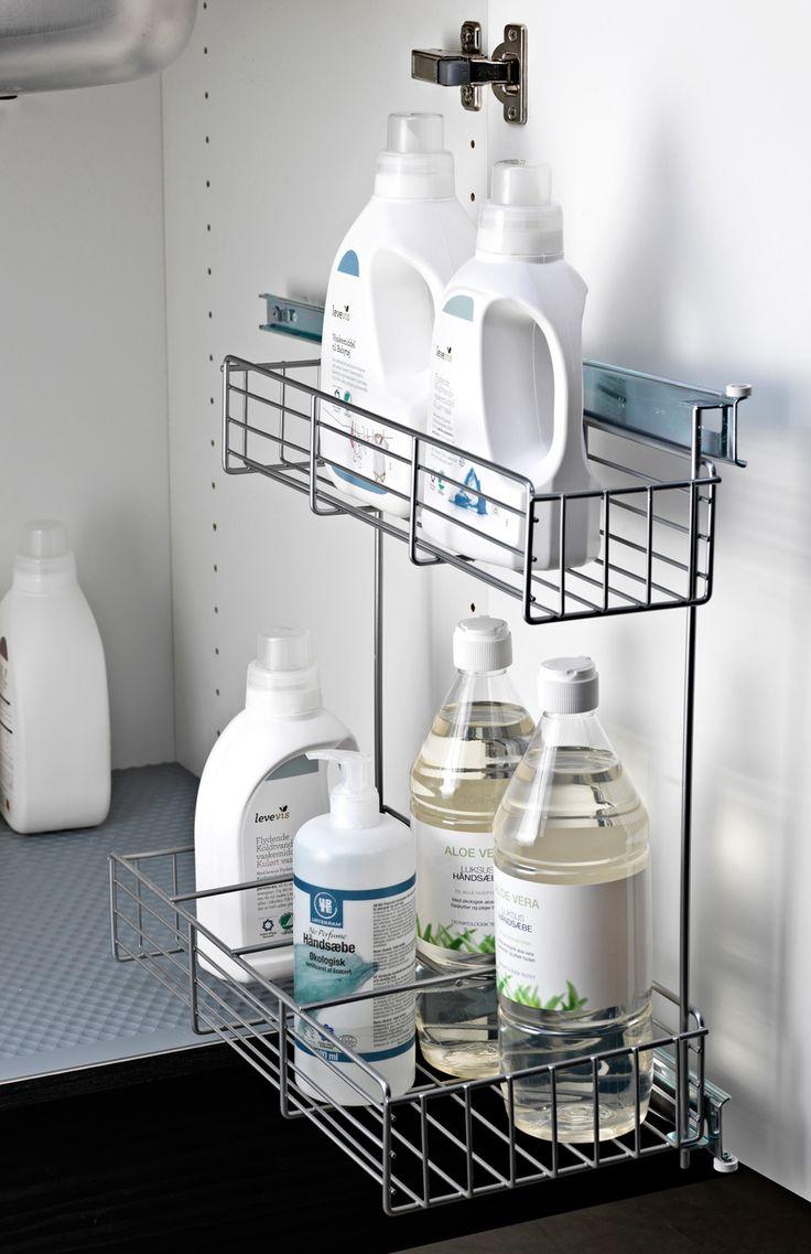 Monter et udtræk til rengøringsmidler og rengøringssvampe under vasken i bryggerset.