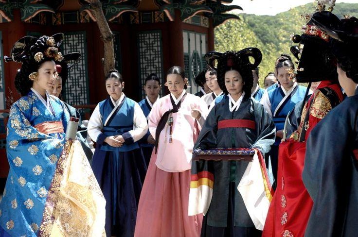 201005170947181_4_shinhwa3303.jpg (800×531)내명부 수장인 인현왕후가 장희빈에게 첩지를 내림 Dong Yi (Hangul: 동이; hanja: 同伊) is a 2010 South Korean historical television drama series, starring Han Hyo-joo, Ji Jin-hee, Lee So-yeon andBae Soo-bin. About the love story between King Sukjong and Choi Suk-bin, it aired on MBC from 22 March to 12 October 2010 on Mondays and Tuesdays at 21:55 for 60 episodes.cal television drama series, starring Han Hyo-joo, Ji Jin-hee, Lee So-yeon andBae Soo-bin. About the love story…