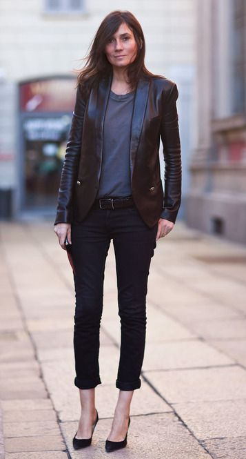 黒のTシャツにハイヒール、着飾らないシンプルな美しさ。