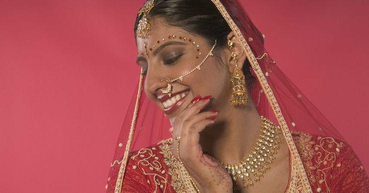 La historia y la cultura del piercing de nariz. Se puede rastrear la historia del piercing de nariz hasta algunos de los primeros relatos bíblicos. Los piercings de nariz tuvieron un lugar en muchas religiones, incluyendo el cristianismo y las religiones hindúes. En los tiempos modernos, las personas se los hacen principalmente con fines estéticos; para muchos jóvenes, éstos son un signo de ...