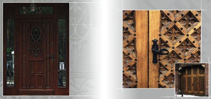 Zbliżenie rzeźby drzwi zewnętrznych i okuć oraz krat.