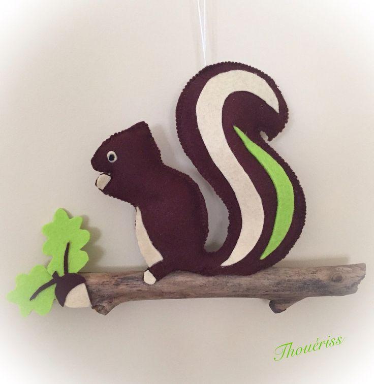 L'écureuil est en feutrine sur du bois flotté.