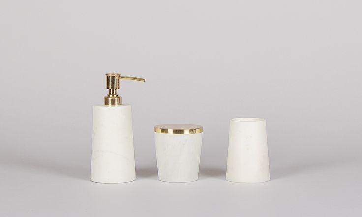 Sofort schockverliebt! Bei diesem Anblick wird das Badezimmer bestimmt bald zum Lieblingsort in der Wohnung. Das 3er-Set beinhaltet einen Zahnputzbecher, einen Seifenspender und eine Dose für Pinsel oder Q-tips in einem tollen Marmor/Messing Design. Maße: Zahnputzbecher Ø8cm x H10cm, Seifenspender Ø8cm x H17cm,Dose Ø9cm x H10cm Material: Marmor, Messing