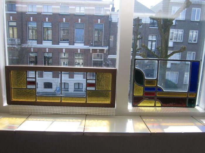 Twee oude prachtige Deco Amsterdamse School glas-in-lood hangraampje met mozaïek stukjes uit mondgeblazen glas, een in stevig frame  - begin 20e eeuw