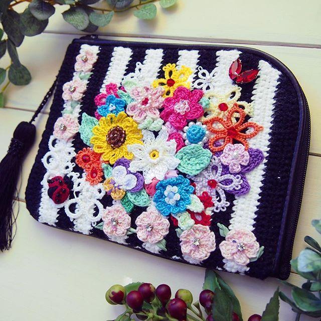 今日は、有賀としえ様の作品ですいろいろな種類のお花で華やかに彩られたポーチ。てんとう虫もいます制作にあたっては、9種類もの針を使い分けて作られたそう✨ #てづくりの素 #コンテスト #KAWAGUCHI  #手作り #ハンドメイド #handmade #手芸  #お花 #タティングレース #レース #flower #crochet #編み物 #マルチポーチ