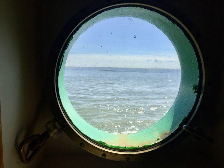 Kein Land in Sicht und dann den Kurs bestimmen ohne anzustoßen. #Nordsee #Meer #schiffe #ostfriesland #TillTürmer #Weite #wellen #gezeiten #Ebbe #Flut http://www.andreasklaene.de