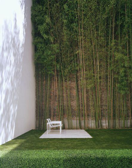 Otro #jardin de #diseño en el que el #cespedartificial ayuda a mantener el estilo minimalista y moderno de este espacio.