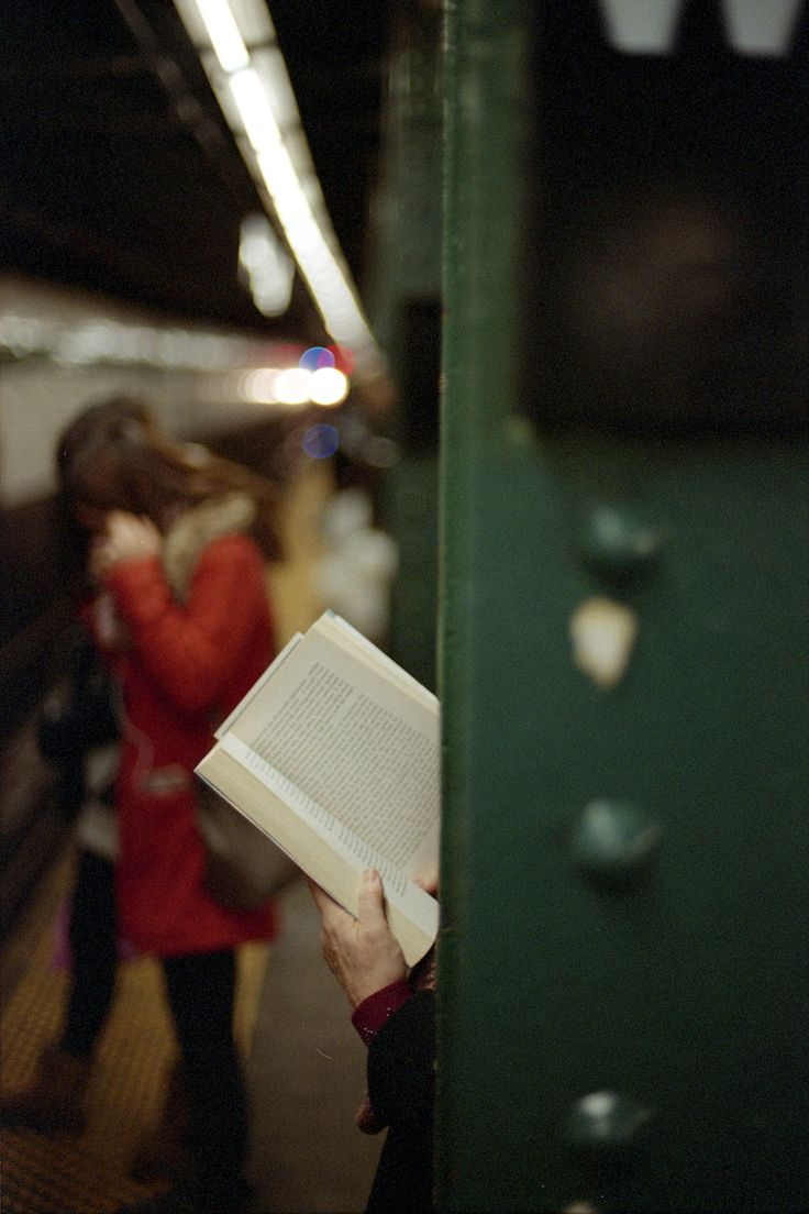 Reading waiting for the subway | Passage d'Enfer Tumblr