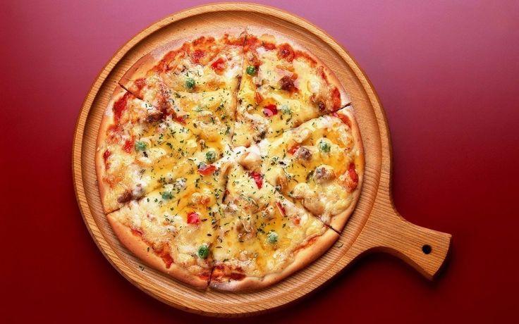 5 рецептов вкуснейшей ПП-пиццы - порадуйте себя любимым блюдом без вреда для фигуры    🍴1. Нежнейшая пицца без муки  🔸на 100грамм - 113.08 ккал🔸Б/Ж/У - 13.29/5.19/3.45🔸    Ингредиенты:  Основа:  ● 300 г цветной капусты  ● 150 г сыра низкой жирности  ● 1 яйцо  ● соль    Начинка:  ● 50 г томатной пасты  ● 150 г куриного филе  ● 30 г шампиньонов  ● 40 г сладкого перца  ● 15 г лука  ● 50 г сыра низкой жирности  ● соль, приправы по вкусу    Приготовление:  Цветную капусту отварить, натереть…