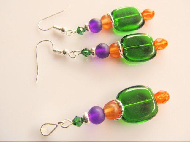 Set Coloured Green oorbellen en hanger, glas in groen, oranje en paars. geheel verzilverd.
