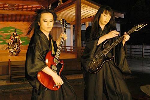 Maneki and Karukan during the shooting of PV for the song Kumikyoku Yoshitsune: Akki-Hougan.
