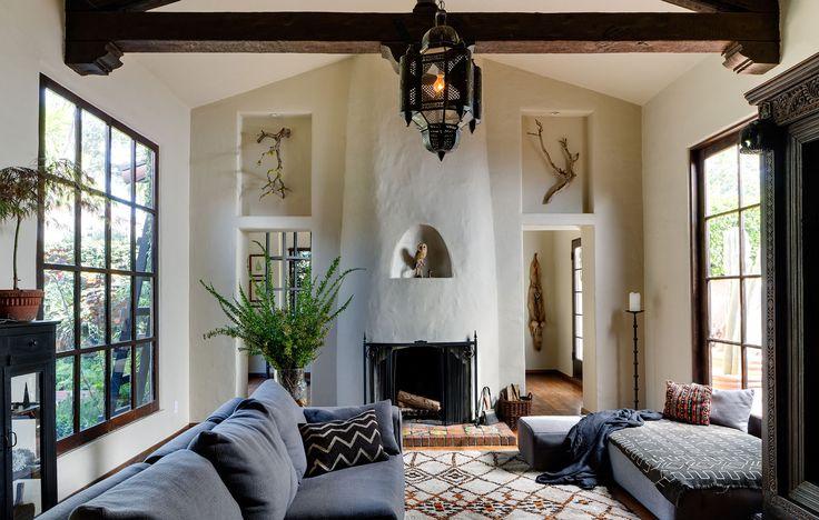暖炉とニッチと両面に大きな格子窓のあるリビング