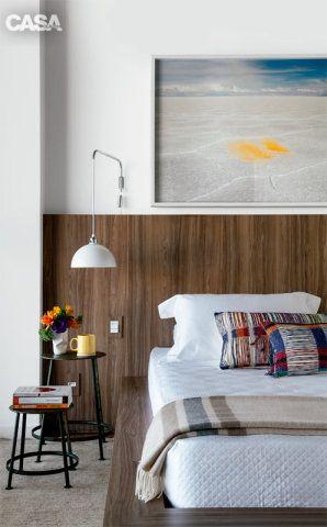 Despojado e com soluções práticas, o apartamento tríplex paulistano tem espaços amplos, muita luz e uma área de lazer na cobertura que faz as vezes de quintal.
