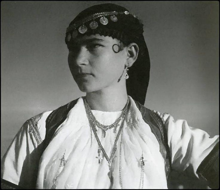 Νεαρή καραγκούνα στα Τρίκαλα, 1952 Φωτ.: Τάκης Τλούπας