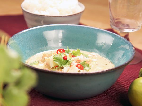 Enkel gryta med torsk, lax och räkor. Koriander, citrongräs, lime och ingefära sätter smak.