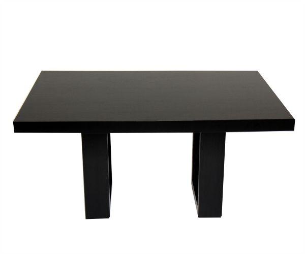 Mesa comedor, su robusta superficie se apoya de dos marcos sólidos en madera para conformar esta mesa. Combina en su acabado brillo  por el vidrio que sostiene la superficie y opacidad por el acabado que tiene la madera. Disponible en 6 puestos. Materiales: perillo, roble oscuro y vidrio.