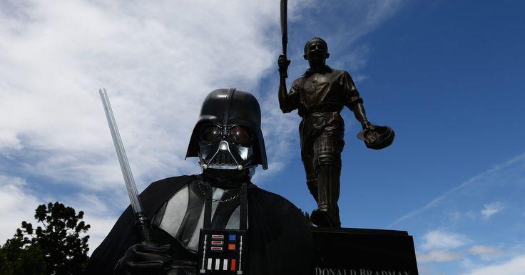 """Como fazer um sabre de luz do Anakin Skywalker . Anakin Skywalker teve uma vida e tanto: ele começou como escravo, ascendeu para uma posição de Jedi, foi conhecido como """"o escolhido"""" e passou para o """"lado negro"""" como Lorde Sith. Ele casou-se secretamente e se tornou o pai dos gêmeos Luke e Leia. Antes de sua morte, ele cumpriu sua profecia e se redimiu. Seu filho Luke herdou seu sabre de luz. ..."""