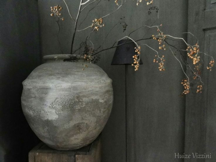 De kruik. Ook een must-have in een landelijk interieur. Mooi te stylen met een rozenbottel tak waardoor het stoer en rustig oogt.