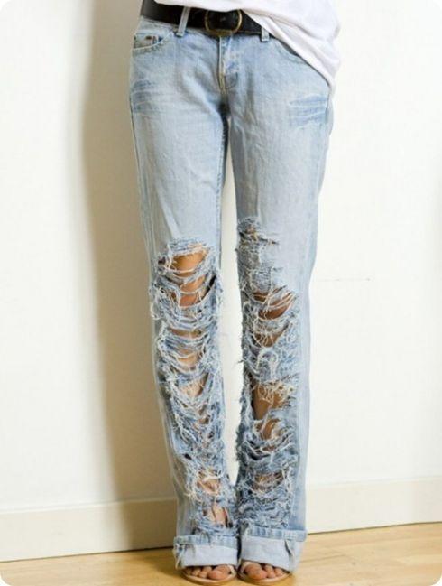 Кажется, что рваные джинсы никогда не выйдут из моды! Если у вас в шкафу до сих пор нет рваных джинсов, то это не проблема! Сделаем их сами. Давайте приступим к работе. Нам потребуется: - Джинсы в качестве эксперимента; - Пластиковая подножка;... #вдохновение #джинсы #дизайн