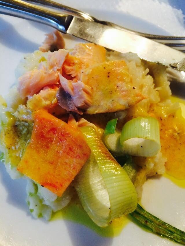 Recept voor zacht gegaarde zalmfilet in sinaasappelsaus op een bedje van pastinaakpuree en gewokte prei met verse nectarines.