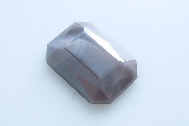 České skleněné kameny tvaru osmihranu s rovnou spodní stranou velikost 25x18 mm, 1 ks v balení, barva šedé hedvábí