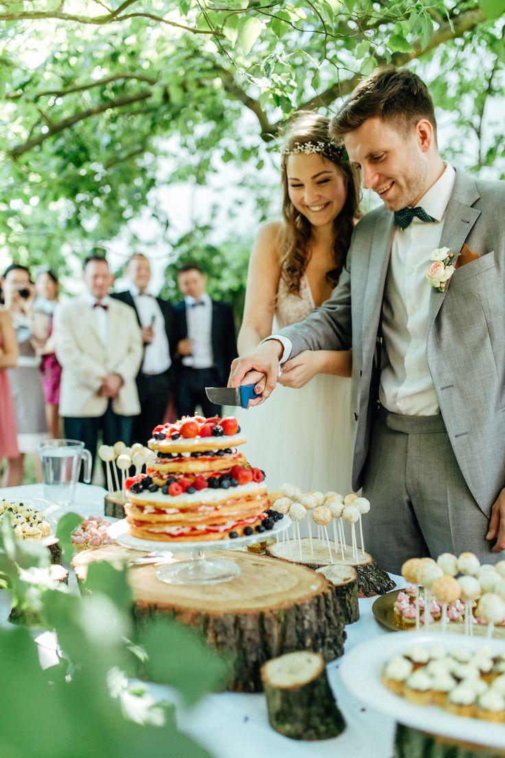 Unsere Naked Cake Hochzeitstorte vor dem Hühnerstall & Wann sollte man die Hochzeitstorte servieren? - The Kaisers