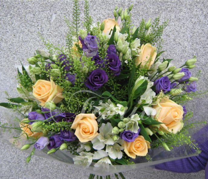 Vázaná kytka: růže, eustomy, alstroemérie