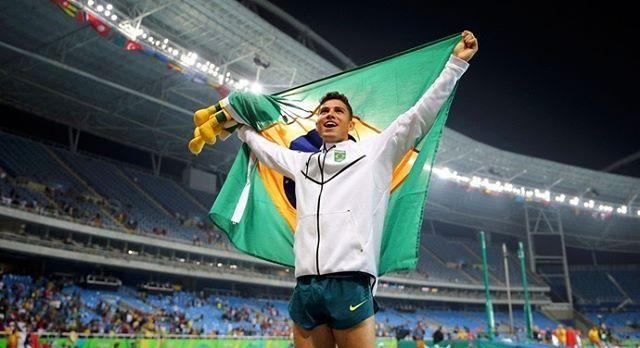 Thiago Braz vai muito alto conquista medalha de ouro e recorde olímpico no salto com vara!! Já com a prata garantida o medalhista de 22 anos arrisca e consegue atingir sua melhor marca da carreira com a altura de 603m Mais em desportoclube.com #saltocomvara #olimpiadas #rio2016 #brazil #brasil