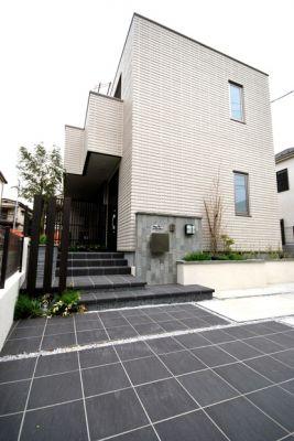 シンプルな建物と個性あるエクステリア(外構)とのコラボレーション。