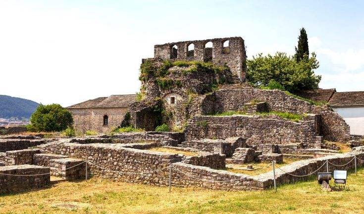 6: Πύργος Βοημούνδου  Χτίστηκε μέσα στα πλαίσια της βυζαντινής οχύρωση στο κέντρο της ακρόπολης του Ιτς Καλέ την περίοδο της εκστρατείας του Νορμανδού Βοημούνδου στα Ιωάννινα το 1082. Στα ερείπια του έχτισε ο Αλή Πασάς το μεγαλοπρεπές σεράι του, το οποίο πυρπολήθηκε το 1822.
