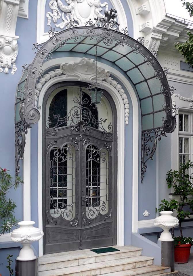 Linda porta de entrada em Bucareste, na Romênia.