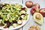 Fruit in een salade ziet er altijd zomers en zonnig uit. Bovendien geeft fruit een fris en zoet accent aan je salade. Deze salade mag er vanaf vandaag bij. Een zomerse salade met komkommer, avocado, wilde perzik en pesto olie. Zie voor recept op http://www.vandaagwatanders.nl