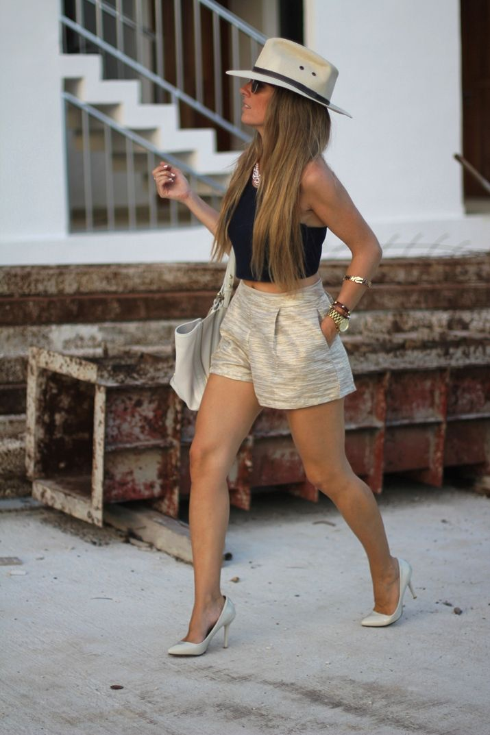 This outfit is cute.... Golden shorts ♡
