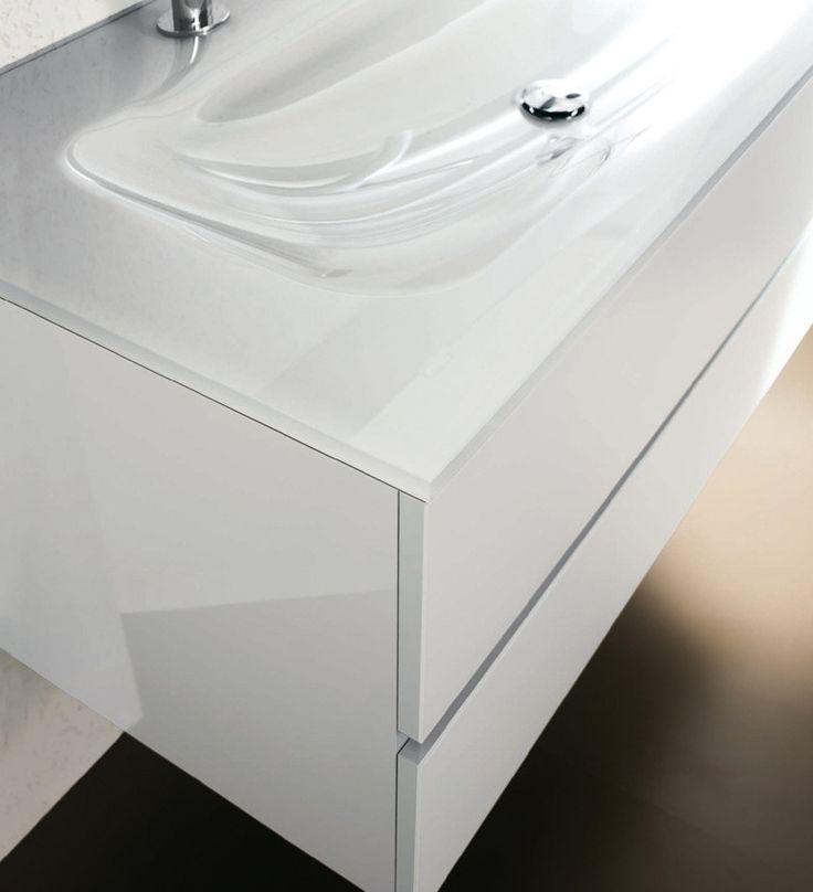 Mobile IsaBagno Soho Line   A chi cerca monoblocchi capaci di unire pulizia estetica e funzionalità Soho offre la versione Line caratterizzata da una apertura a gola per tutta la larghezza del monoblocco. Soho Line è disponibile nell'ampia gamma di finiture dal laccato lucido a quello opaco, al metallico ed essenze, al cristallo colorato per ante e top. Scoprite di più... #bagno #soho #bathroom #bath #arredamento