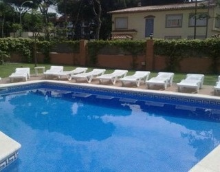 The Aparthotel Bardon is located just a couple of streets back from Castelldefels beach. It has an outdoor swimming pool with sun terrace, and all apartments have free internet.